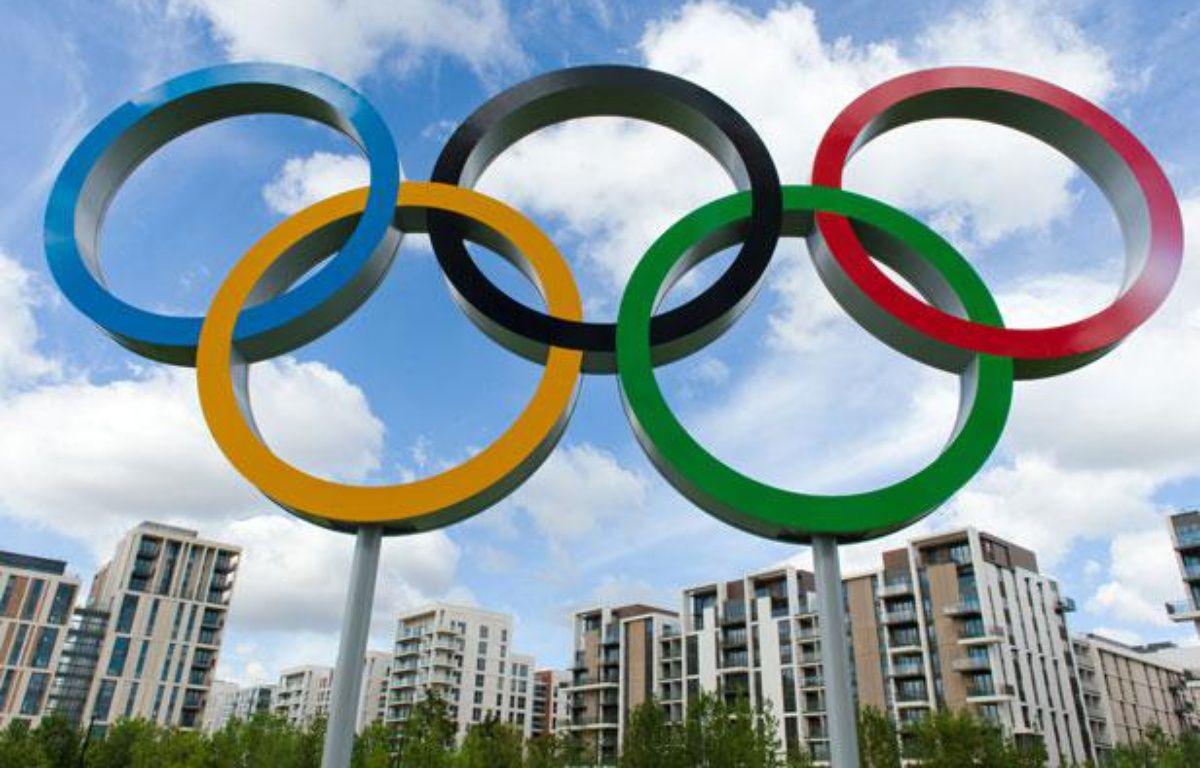 Les anneaux olympiques à l'entrée du village de Londres, le 12 juillet 2012. – L.Neal/AFP