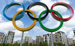 Les anneaux olympiques à l'entrée du village de Londres, le 12 juillet 2012.