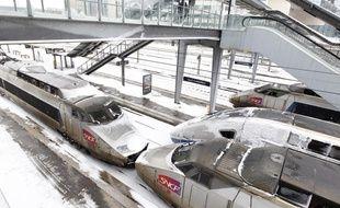 Des trains TGV à quai en gare de Lille Flandres.