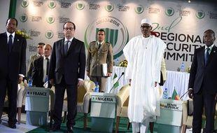 François Hollande et le président du Nigeria Muhammadu Buhari, entourés des présidents camerounais Paul Biya et béninois Patrice Talon, à Abuja le 14 mai 2016.