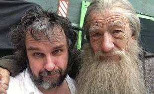 Ian McKellen (à dr.) pose dans son costume de Gandalf avec Peter Jackson pendant le tournage du «Hobbit», le 26 juillet 2013.
