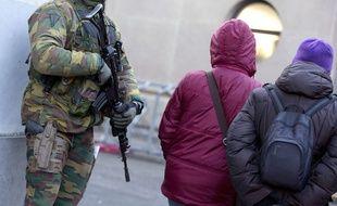 Un soldat belge assure la sécurité dans les rues d'Anvers en Belgique, le 17 janvier 2015.