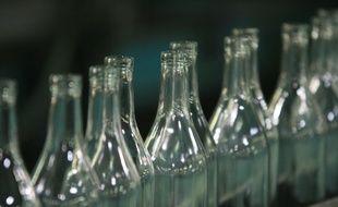 Ecologie. Industrie. Environnement. Recyclage.  Chaine de production indutrielle de verre recycle. File de bouteilles en verre vides.