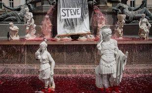 La fontaine de la place Royale, à Nantes, a été colorée en rouge sang après la découverte du corps de Steve Caniço.