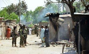 Des soldats parlent avec des habitants de Zabarmari, un village proche de Maiduguri victime d'une attaque de Boko Haram, le 3 juillet 2015
