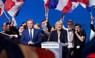 Nicolas Dupont-Aignan et Marine Le pen lors du meeting de Villepinte.