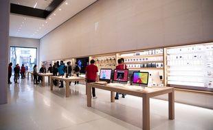 Le magasin Apple des Champs-Elysées, à Paris.