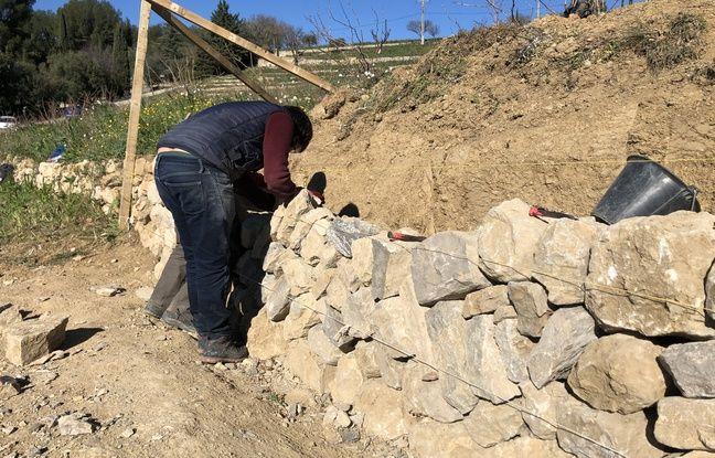 C'est la pierre de couronnement qui vient terminer le mur en pierre sèches dans sa hauteur.