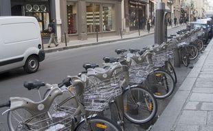 Une station de Vélib' à Paris.