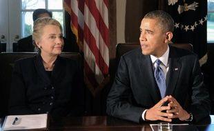Le président américain Barack Obama (d) et l'ex-secrétaire d'Etat Hillary Clinton à la Maison-Blanche à Washington, le 28 novembre 2012