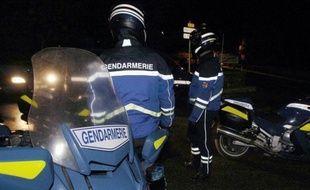 Cinq personnes supplémentaires ont été placées en garde à vue dans le cadre de l'enquête sur le gendarme tué mercredi dans l'arrière-pays niçois, a indiqué vendredi le procureur de Nice, Eric Bedos.