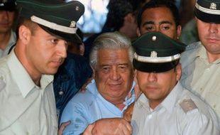 L'ancien chef de la police politique de de la dictature d'Augusto Pinochet Manuel Contreras (C), le 28 janvier 2005 à Santiago du Chili