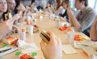 Les journalistes de 20 Minutes testent le Mc Baguette, le 18 avril 2012, à Paris.