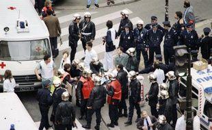 Evacuation des victimes de l'attentat de la rue de Rennes le 17 septembre 1985 à Paris