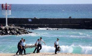 """Sur la plage de l'Ermitage, à La Saline, Georges, 48 ans, en vacances dans son île natale de La Réunion, s'étonne : """"On a toujours parlé de requins à La Réunion. Quand j'étais marmay (""""enfant"""", en créole), nos parents nous mettaient déjà en garde""""."""
