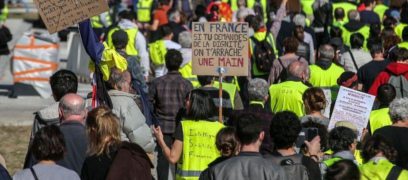 Des « gilets jaunes » défilent à Toulouse le 23 février.