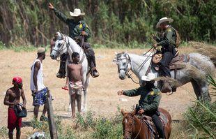Des agents de la patrouille frontalière américaine dissuadent les Haïtiens de retourner aux Etats-Unis sur les rives du Rio Grande, 19 septembre 2021, à Del Rio, au Texas.