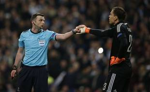 Michael Oliver, l'arbitre du quart retour de Ligue des champions Real Madrid-Juventus, a été placé sous protection policière le 16 avril 2018.