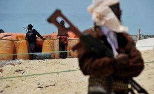Des forces spéciales américaines ont libéré deux travailleurs humanitaires, otages depuis trois mois en Somalie, et ont tué neuf de leurs ravisseurs, lors d'une opération commando menée prestement mercredi avant l'aube, dans une région servant de repaire aux pirates somaliens, selon des responsables américains et des sources locales.