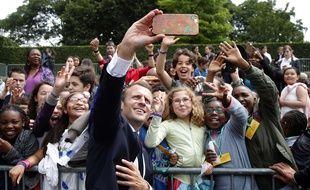 Emmanuel Macron avec des jeunes venus assister aux commémorations de l'appel du 18 juin au Mont Valérien