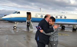 L'ambassadeur américain en Suisse Edward McMullen salue Xiyue Wang sur le tarmac à Zurich, le 7 décembre 2019.