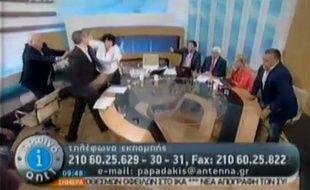 Capture d'écran de la vidéo où Ilias Kasidiaris, député néonazi grec, agresse Liana Kanelli, une députée communiste, sur un plateau de télévision, le 7 juin 2012.