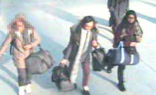 La police britannique a diffusé des photos des trois adolescentes, alors qu'elles s'apprêtaient à prendre l'avion à l'aéroport de Gatwick, mardi 17 février.