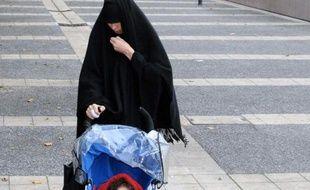 La soeur de Mohamed Merah, Souad Merah, à Toulouse, le 19 décembre 2012