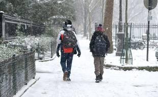 Les gens sortent couverts pour affronter le froid.