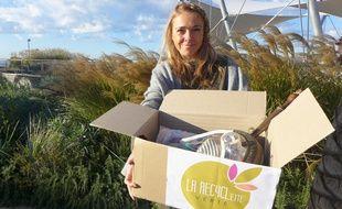 Cindy Malaurie cherche un lieu pour poser les cartons de son « charity shop », la Recyclett verte.