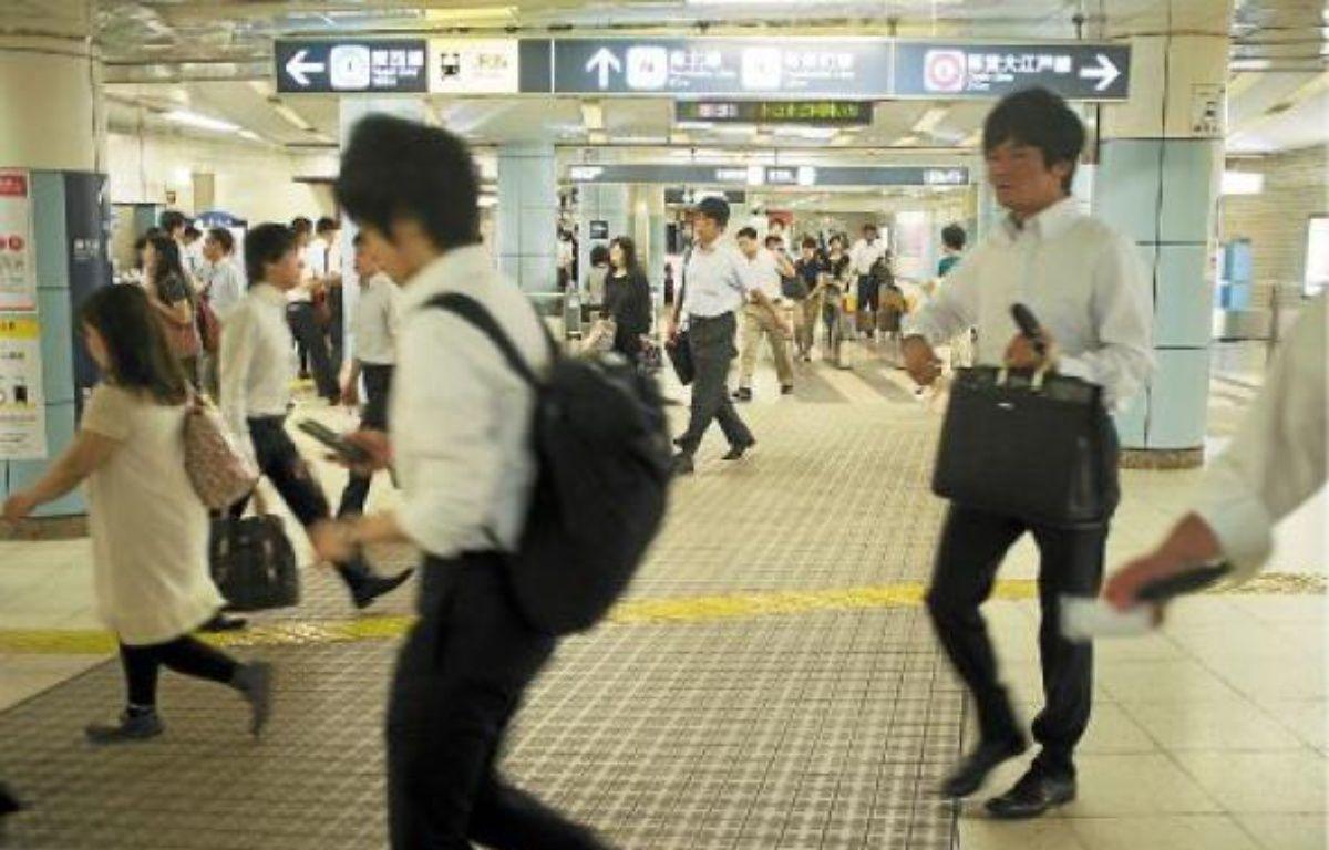 Les «salary men», qui se pressent dans le métro de Tokyo à l'heure de pointe, ont adopté les manches courtes. –  M. CENA / 20 MINUTES