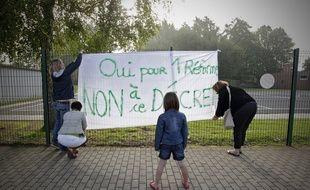 A Phalempin (59) des parents posent une banderole contre les rythmes scolaires.