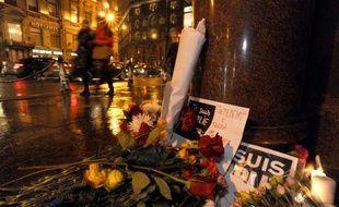 """Fleurs et pancartes """"Je suis Charlie"""" devant le consulat de France à Saint-Pétersbourg, le 8 janvier 2015"""