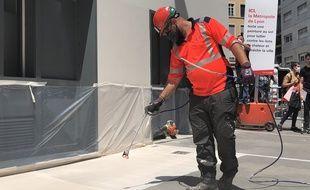 La métropole de Lyon teste une peinture anti-chaleur sur ses trottoirs.