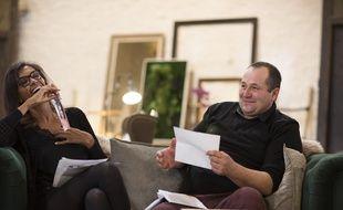 Karine Le Marchand avec Daniel, lors de l'ouverture du courrier.