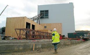 La centrale de cogénération biomasse produira chaleur et électricité en brûlant du bois.