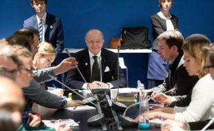 Le ministre des Affaires étrangères Laurent Fabius rencontre des ONG lors de la conférence sur le climat au Bourget le 8 décembre 2015