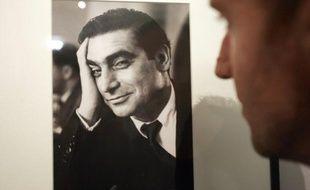 Une personne regarde un autoportrait du photojournaliste Robert Capa, le 5 octobre 2004 à la Bibliothèque nationale de France (BNF) à Paris