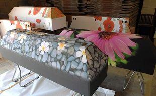 La société AB Crémation propose des cercueils personnalisables en carton.