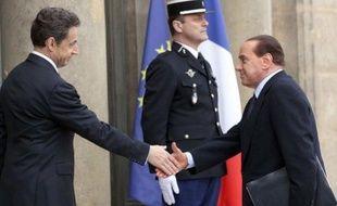 Nicolas Sarkozy et Silvio Berlusconi sur le perron de l'Elysée, le 19 mars 2011, à Paris.