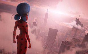 Spider-Man, c'est toi ? Non, je m'appelle Marinette. Une fille comme les autres. Mais quand le destin me choisit pour lutter contre les forces du mal, je deviens Miraculous Ladybug !