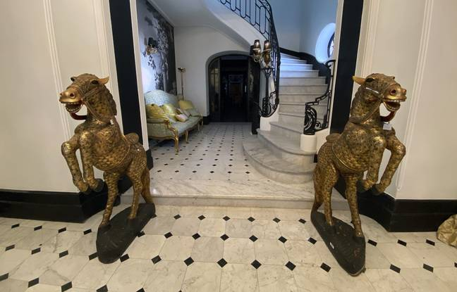 Les chevaux cambrés dans le hall du château. Ils viennent du mobilier du Ritz, l'hôtel de luxe de Paris