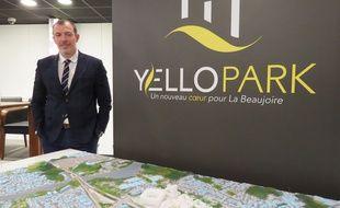 Yoann Joubert, PDG de Réalités, devant une maquette du projet YelloPark.