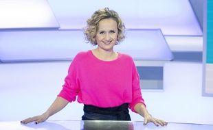 La journaliste Caroline Roux sur le plateau de C dans l'air.