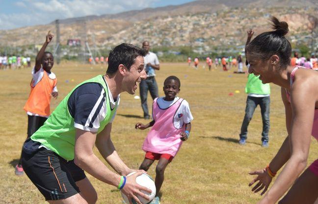Tony Estanguet, co-président du comité de candidature de Paris 2024, avec des enfants en Haïti.