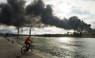 Une fumée noire s'échappe de l'usine Lubrizol, à Rouen, le 26 septembre 2019.