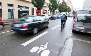 Une bande cyclable a été aménagée sur la rue Saint-Hélier à Rennes.