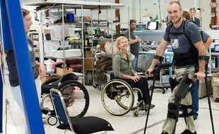 Un patient teste eLEGS, de Berkeley Bionics