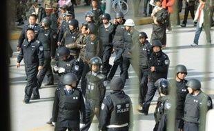 Samedi matin, Lhassa était calme et quadrillée par les forces de l'ordre. Des tanks et des véhicules militaires patrouillaient dans les rues, selon des témoins. Les autorités chinoises ont affirmé que la loi martiale n'était pas en vigueur à Lhassa.