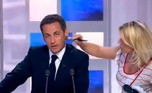 Nicolas Sarkozy s'énerve sur un technicien son sur le plateau de France 3.